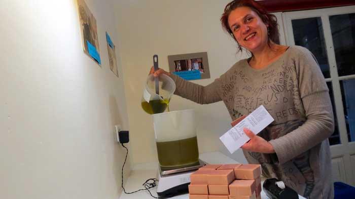 Anne étiquette des savons en même temps qu'elle réalise des pesées. Photo humoristique.