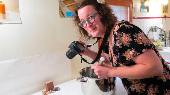Emilie prend une photo et fabrique en même temps du savon. Photo humoristique.
